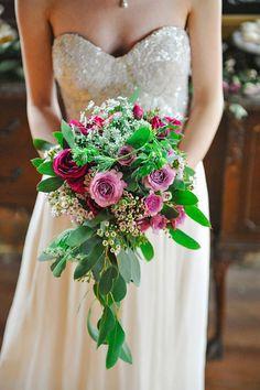 Ανθοδέσμη με πράσινο και άνθη στις αποχρώσεις του μοβ.