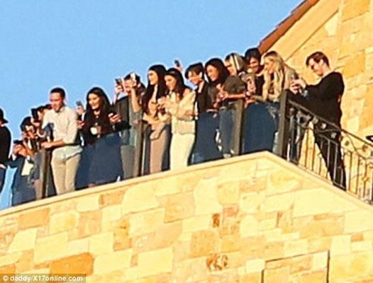 Συγγενείς και φίλοι παρακολουθούσαν σε κοντινή απόσταση το ζευγάρι.