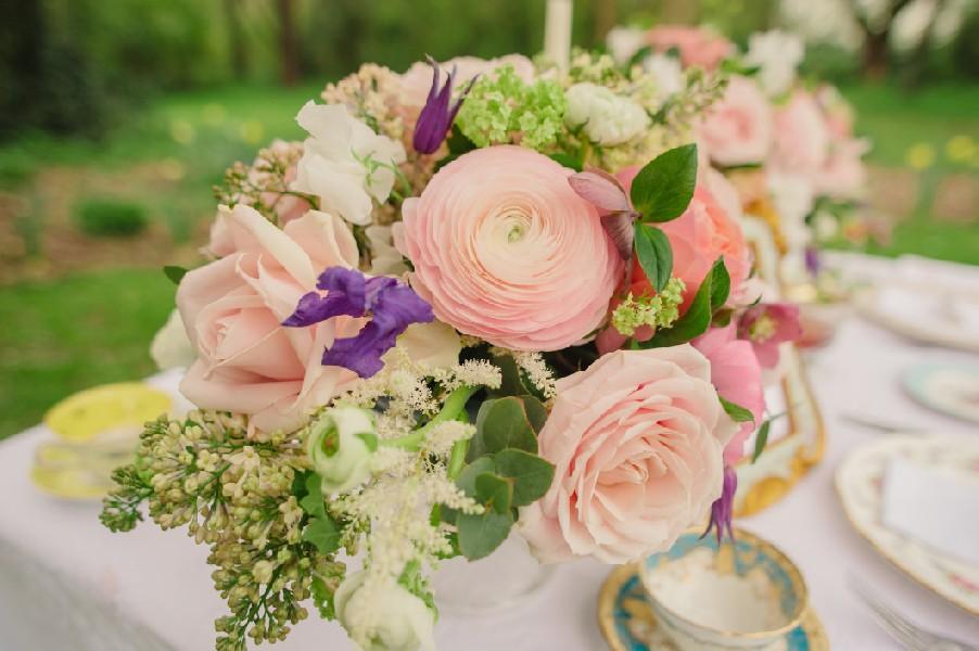 Λουλούδια σε ροζ, λευκές και μοβ αποχρώσεις.
