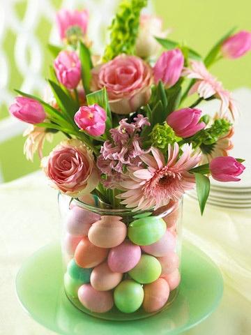 Βάζο με λουλούδια και αυγά.
