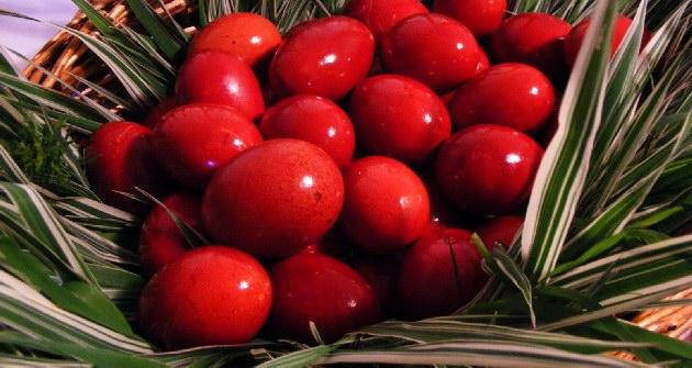 Κόκκινα αυγά σε καλάθι για τον στολισμό του τραπεζιού.