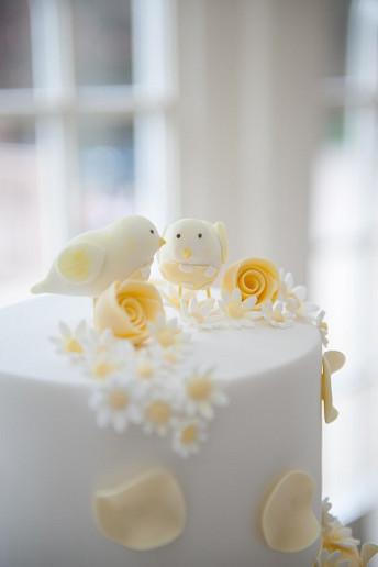 Λευκή τούρτα με κλωσόπουλα.