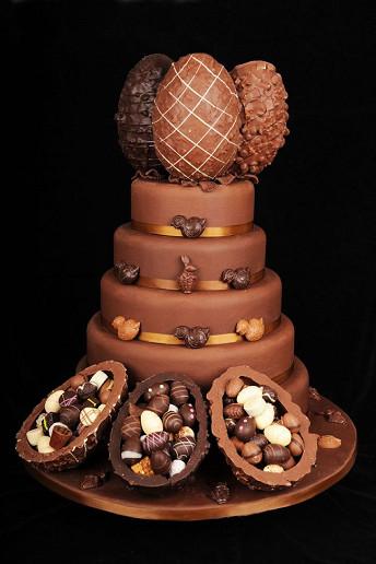 Σοκολατένια τούρτα με πασχαλινά αυγά.