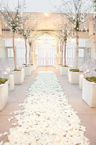 Διάδρομος στρωμένος με λευκά ροδοπέταλα.