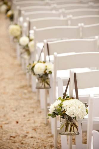 Βαζάκια με λουλούδια στις καρέκλες του διαδρόμου.